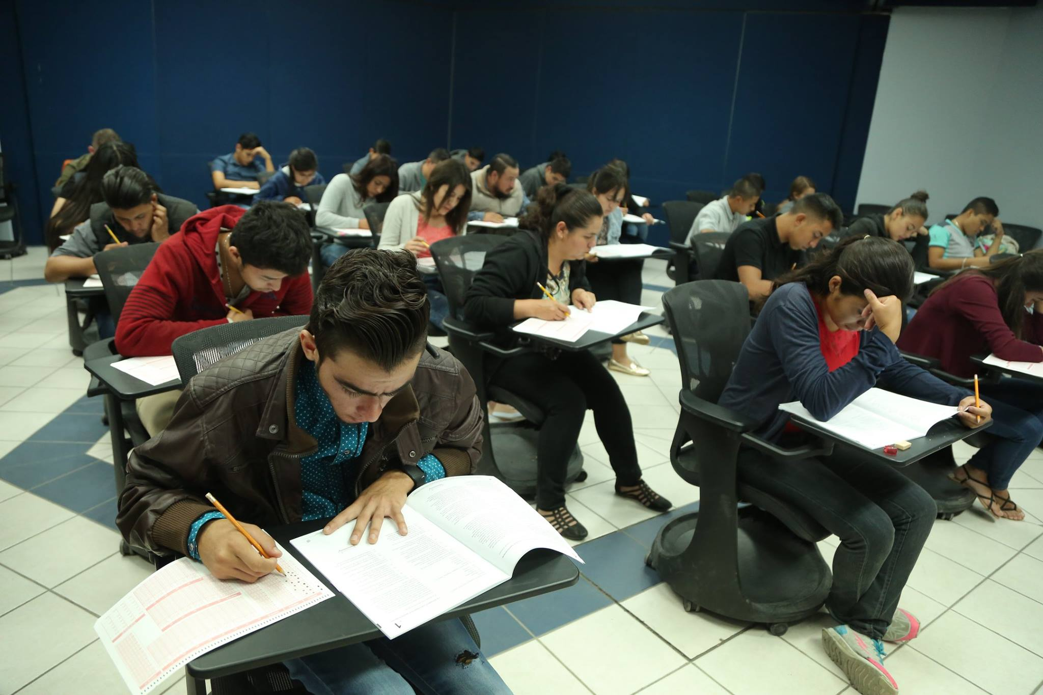Estudiantes realizan Prueba de Aptitud Académica