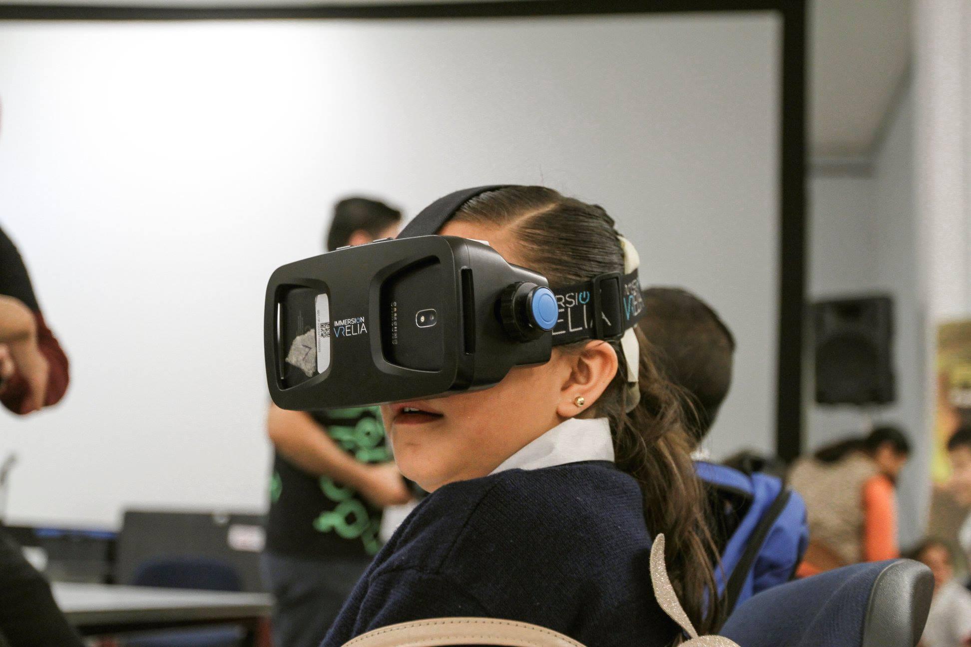 Niña usa la realidad virtual