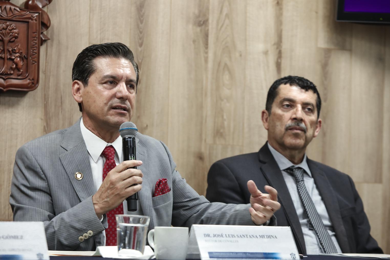 Rector del CUValles en rueda de prensa en CGCS