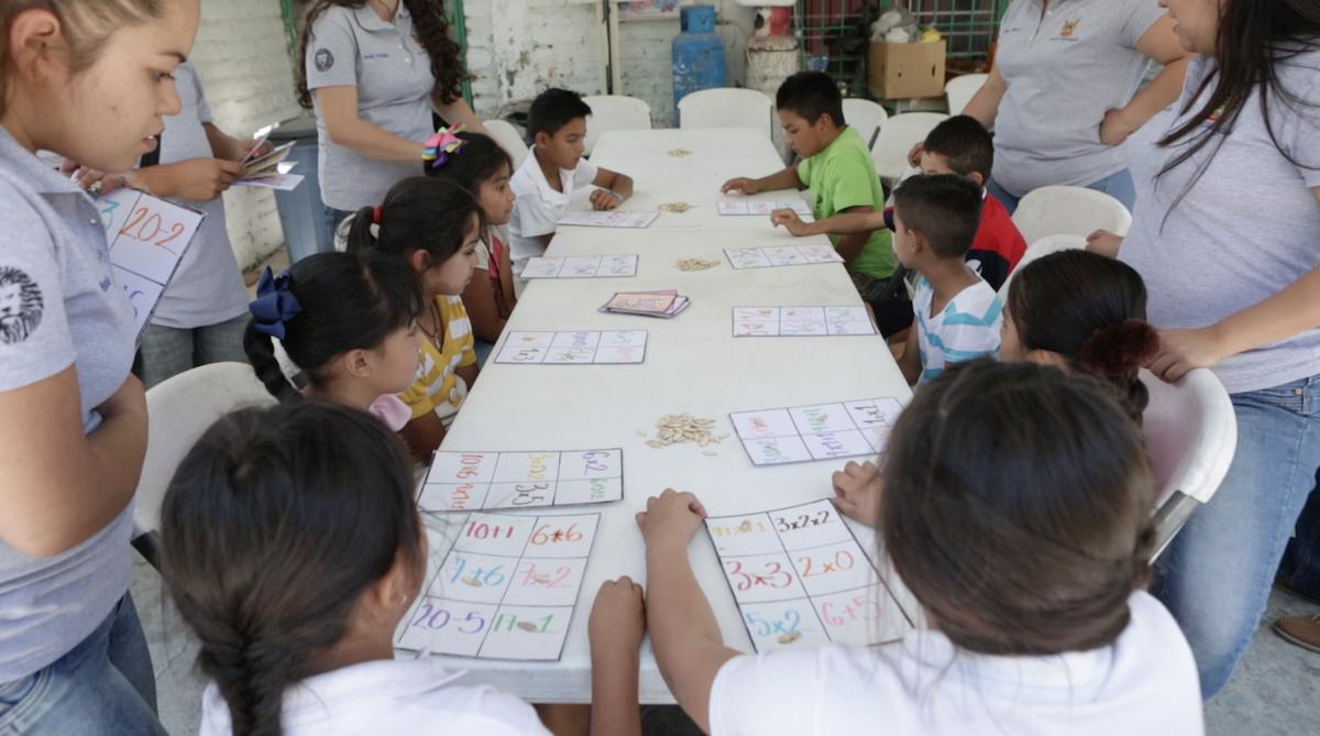 Niños juegan a la lotería matemática