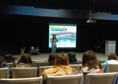 Elcy Yaned Astudillo en conferencia con estudiantes de nutrición